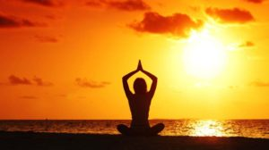 sunset-yoga-woman-on-sea-coast-Sonnenuntergang-Yoga-Frau-auf-der-Seekueste